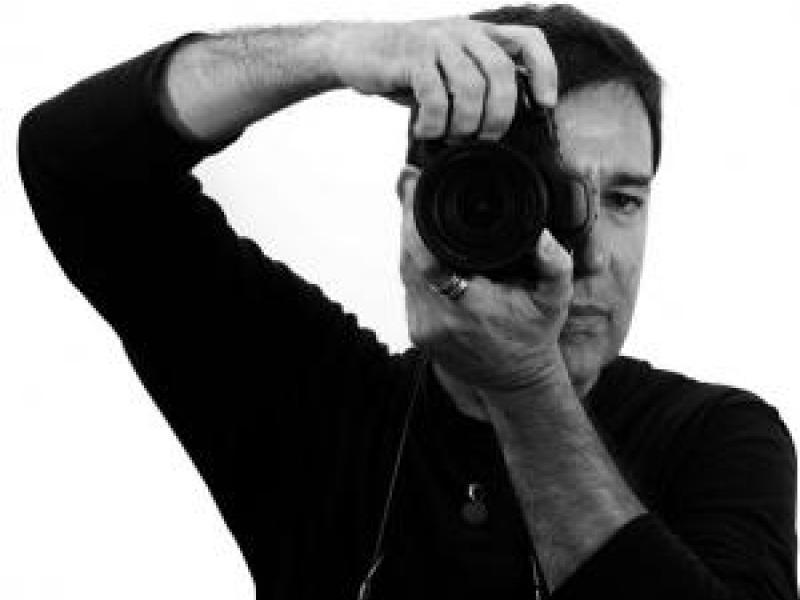 Fotografía de Juan Torre detrás de una de sus cámaras